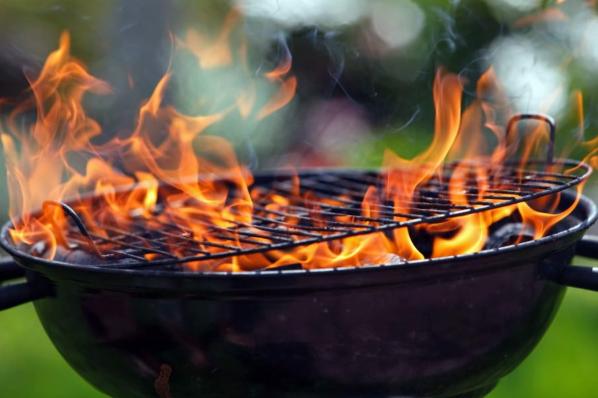 Για τους λάτρεις του ψησίματος, υπάρχει πάντα το αιώνιο ερώτημα: κάρβουνα ή γκάζι;
